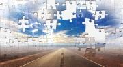 Das Bild zeigt einen Weg und Himmel aus Puzzleteilen.