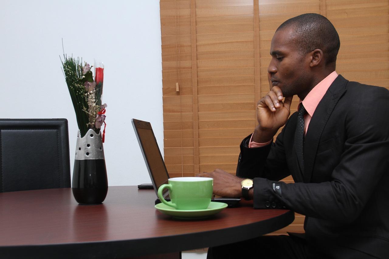 Das Bild zeigt einen Geschäftsmann am Laptop.