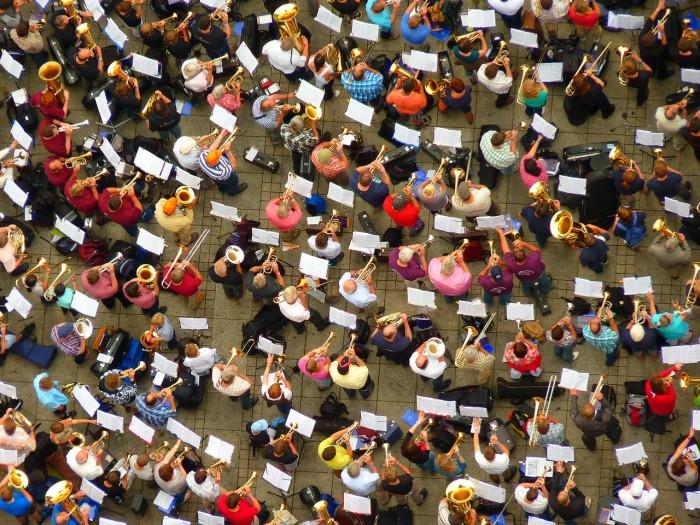 Viele Menschen üben gemeinsam das Spielen auf einem Blasinstrument