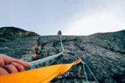 Das bild zeigt zwei Kletterer in einer Steilwand.