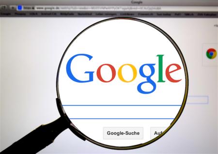 Lupe vor der Startseite der Suchmaschine Google