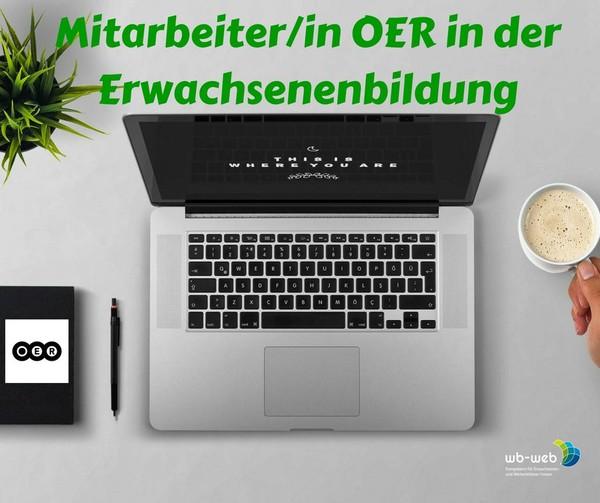 """Ein Laptop in der Mitte des Bildes. Rechts eine Kaffeetasse und oben drüber der Text """"Mitarbeiter OER in der Erwachsenenbildung"""""""