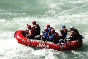 Rafting-Boot mit Personen auf einem Fluß