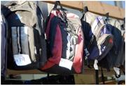 Das Bild zeigt eine Reihe Rucksäcke von Flüchtlingen.