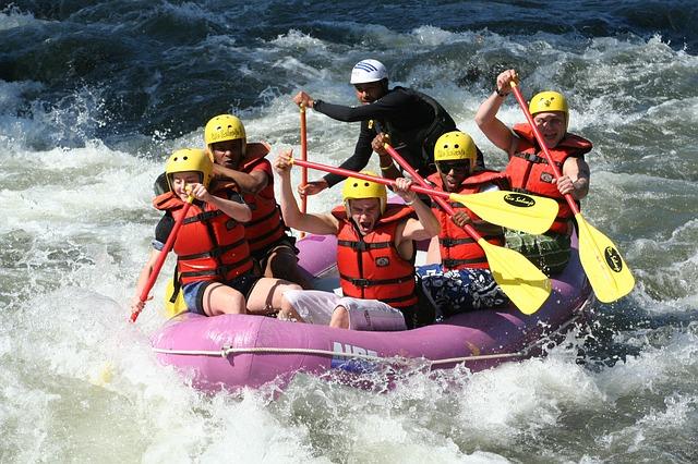 Ruderer im Boot im Wildwasser