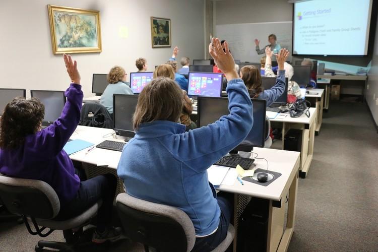 Personen an Computern in einem Klassenraum