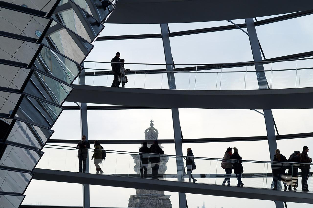 Das Bild zeigt Menschen in der Kuppel des Reichstages.
