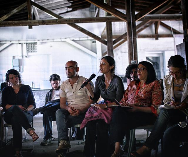 Das Bild zeigt eine Diskussionsgruppe