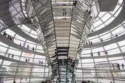 Das Bild zeigt eine Innenansicht der Reichstagskuppel in Berlin.