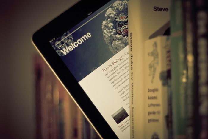 iPad in Bücherregal
