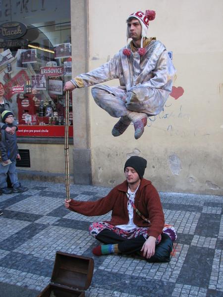 zwei Straßenkünstler in Prag: Einersitzt am Boden der 2. sieht aus als würde er über ihm schweben