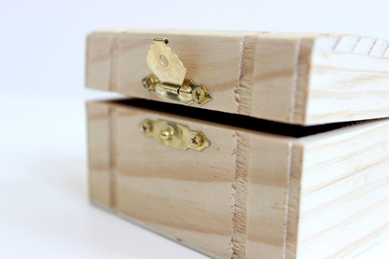 Eine leicht geöffnete kleine Holzkiste