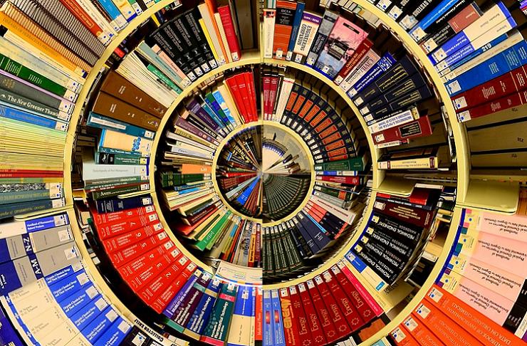 Das Bild zeigt in Kreisen ausgelegte Bücher.