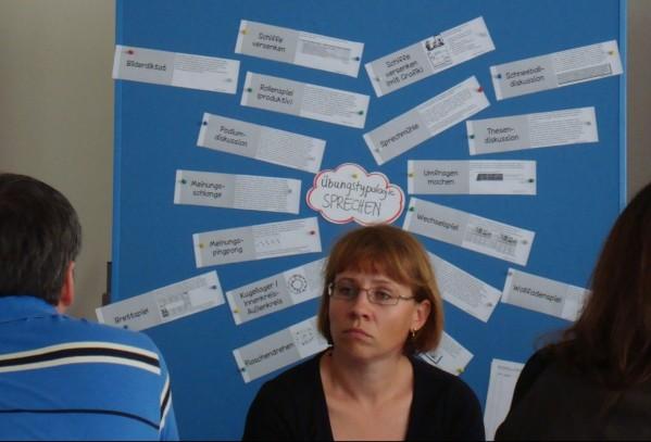 Frau die sehr müde aussieht vor Metaplanwand