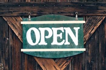 Türschild mit der Aufschrift Open
