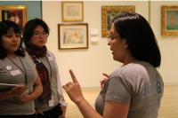 Das Bild zeigt eine Führung durch eine Ausstellung.
