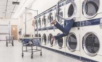 Eine Person steckt in einer Waschmaschine.