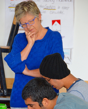 Das Bild zeigt eine Kursleiterin mit zwei Lernenden.