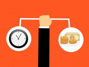 Arm hält Waage mit Uhr und Geld