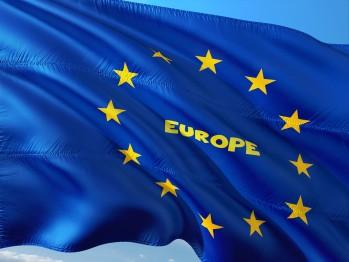 blaue Flagge mit gelben Sternen und Schriftzug Europe