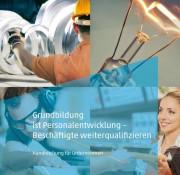 """Cover der Broschüre """"Grundbildung ist Personalentwicklung - Beschäftigte weiterqualifizieren"""""""