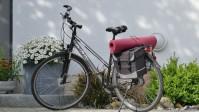 Das Bild zeigt ein Fahrrad mit Satteltasche und Yogamatte.