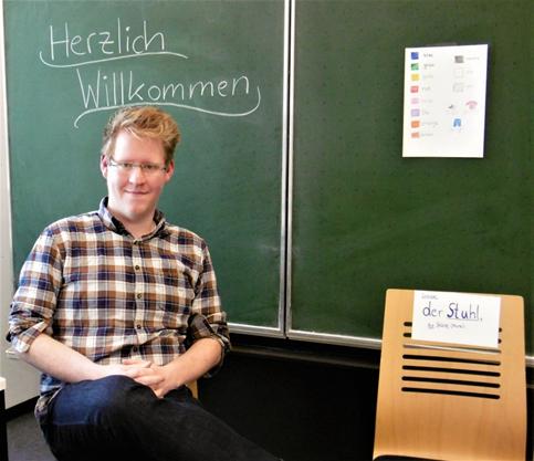 Das Bild zeigt Steffen Schmidt in einem Unterrichtsraum.