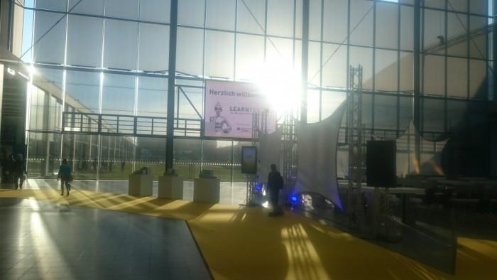 Bild von der großen Leinwand aus dem Foyer der LEARNTEC.
