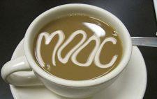 """Das Symbolbild zeigt eine Kaffeetasse, in der mit Milchschaum der Begriff MOOC """"aufgemalt"""" ist."""