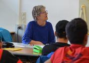 Das Bild zeigt eine Kursleiterin im Unterricht.