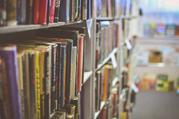 Das Bild zeigt ein Bücherregal in einer Bibliothek.