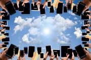 Das bild zeigt einen Rahmen aus Händen mit mobilen Endgeräten um einen Himmel mit Wolke, die die Sonne verdeckt. Digitalisierung