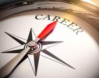Das Bild zeigt eine Kompassnadel, die auf das Wort Karriere zeigt.