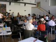 Menschen an Tischen im World Café