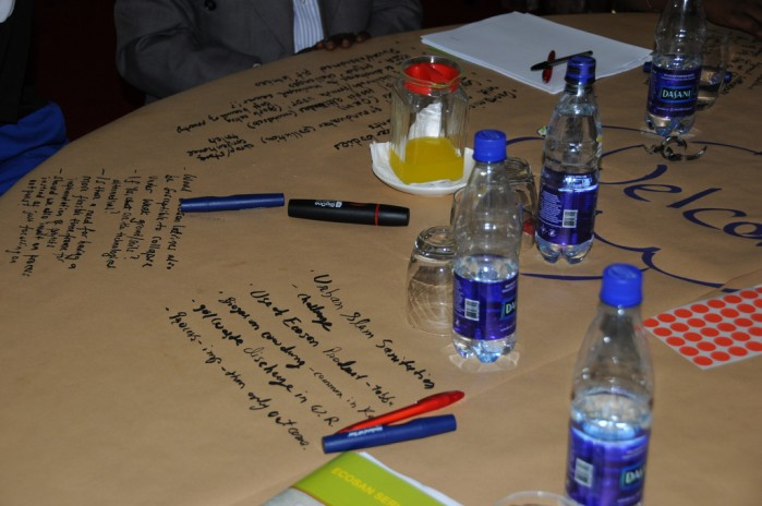 Zeichnungen von Teilnehmern auf einer Papiertischdecke während eines World Cafés.