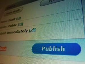 Das Symbolbild zeigt den Ausschnitt eines Online-Redaktionssystems mit einem blauen Publish-Button im Vordergrund.