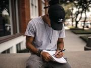 Ein junger Mann schreibt.