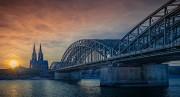 Das Bild zeigt eine Brücke und den Kölner Dom.