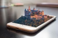 Das Bild zeigt ein Smartphone mit einem 3D-Bild einer Stadt.