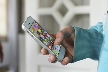 Hand hält ein Smartphone