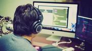 Das Bild zeigt einen Mann beim Programmieren.
