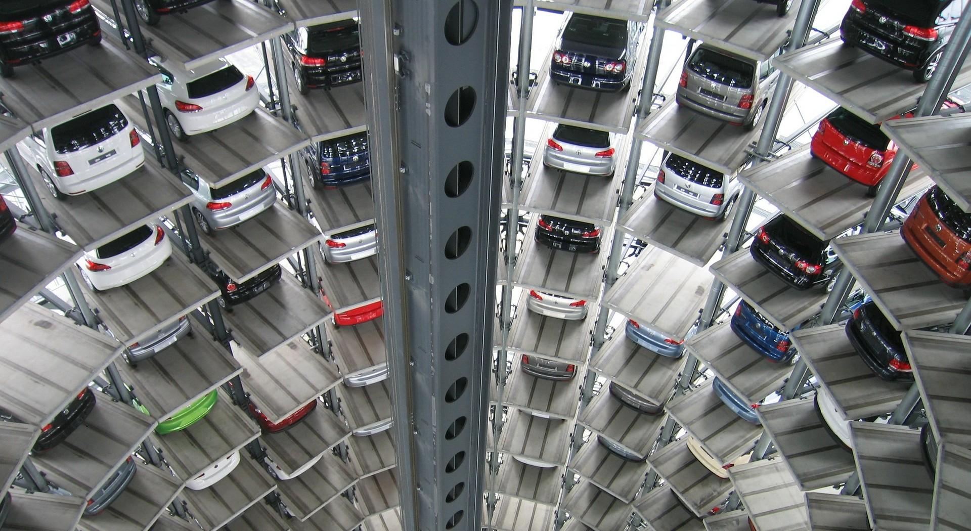 Das Bild zeigt ein modernes vollautomatisches Parkhaus.
