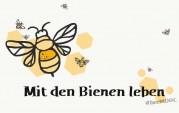 """Das Bild zeigt eine große gezeichnete Biene und mehrere kleinere drum herum. Unter der Biene steht in schwarzer Schrift """"Mit den Bienen leben""""."""
