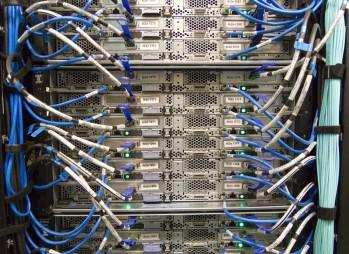 Verkabelung an einem Server
