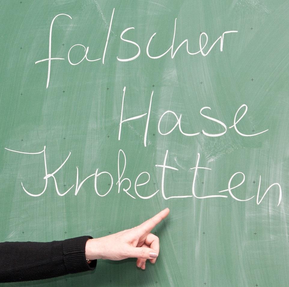 Das Bild zeigt eine Tafel mit Wörtern.