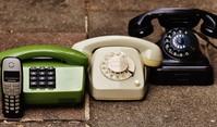 Das Bild zeigt verschieden alte Telefonapparate.