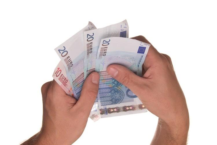 zwei Hände halten mehrere Eurobanknoten