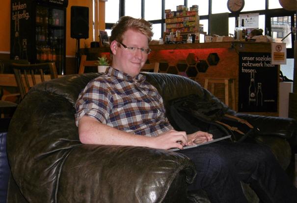 Steffen Schmidt arbeitet in einem Sessel.