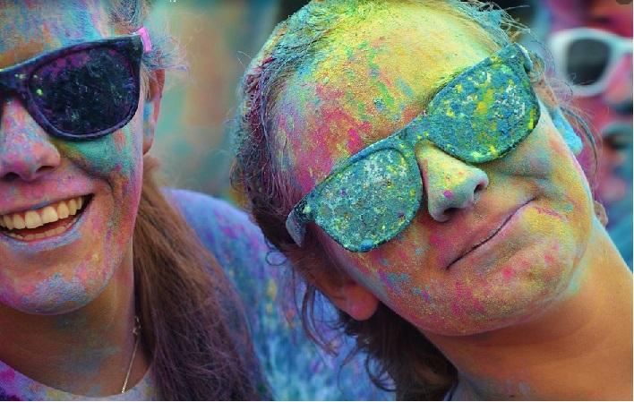Das Bild zeigt Teilnehmerinnen des Holy-Festes.