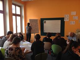 Das Bild zeigt eine Lerngruppe in einem Klassenraum.